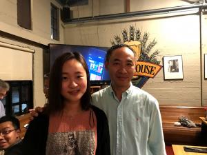 父女挡1982届的宋文龙(左一)和2013届的宋瑞娇(右一)